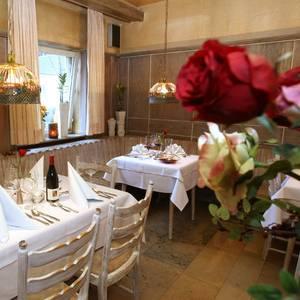 Restauant mit geschmackvoll gedeckten Tischen