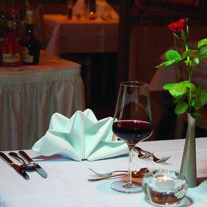 Ein schön gedeckter Tisch und ein gutes Glas Wein bilden den Rahmen für perfekten Genuss